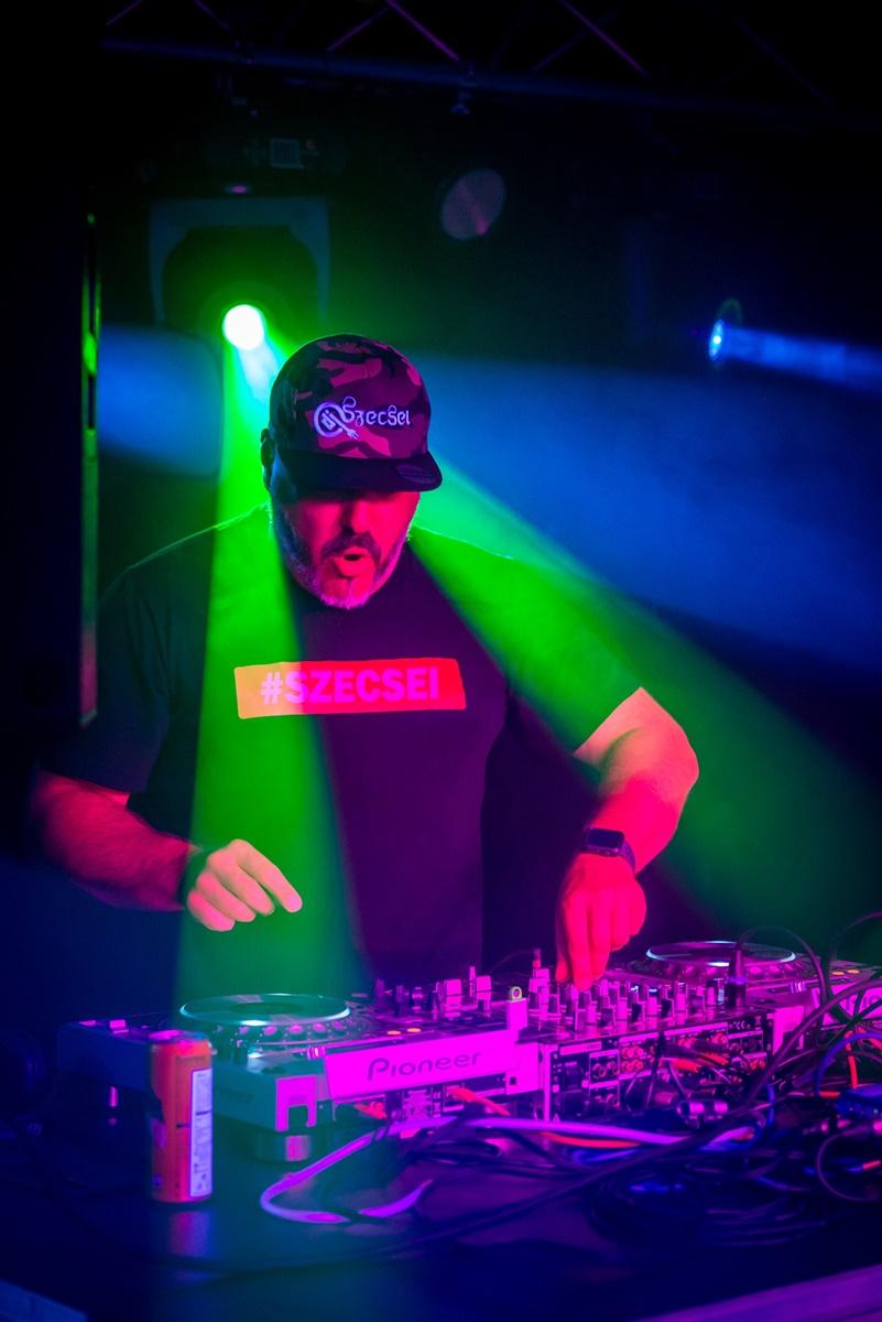 1527-DJ Szecsei